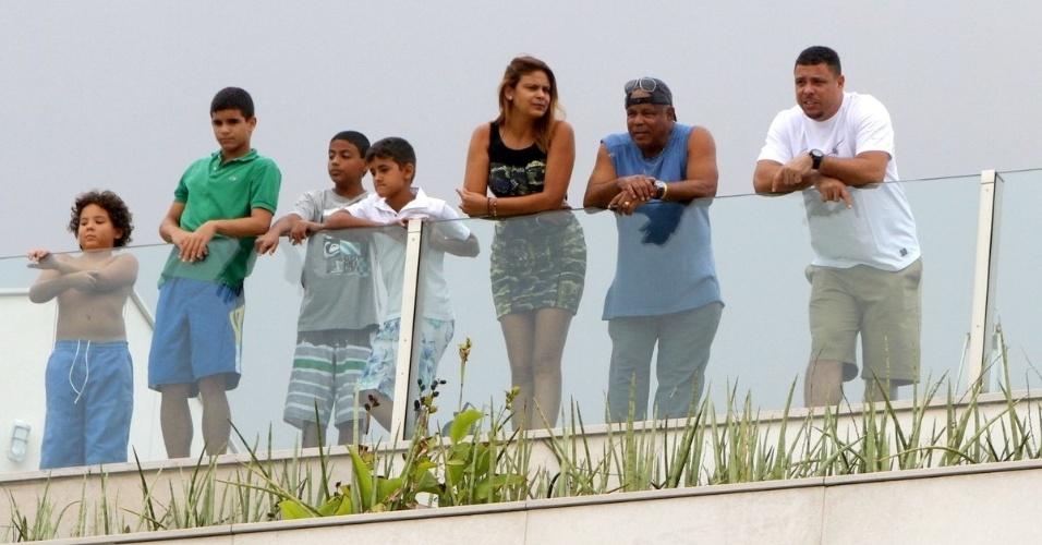 24.nov.2013 - Ex-jogador Ronaldo faz almoço para família em sua cobertura no Leblon, no Rio