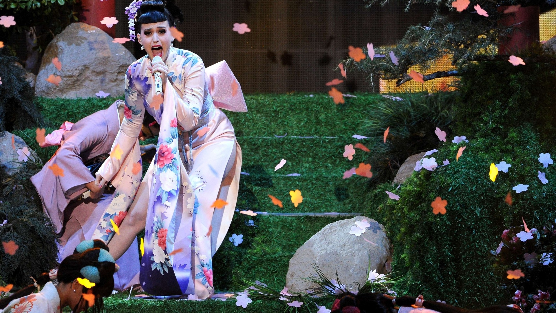 24.nov.2013 - Katy Perry faz a abertura do AMA com look de gueixa. A cantora apresentou o novo single,