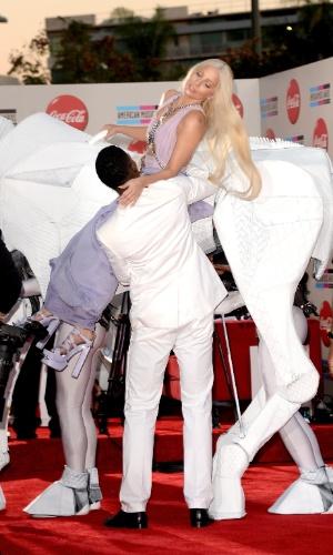25.nov.2013 - Lady Gaga chega no AMA montada sobre um cavalo