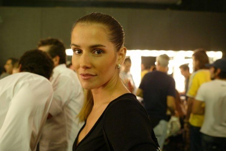 12.jul.2006 - Deborah Secco assiste aos desfiles de abertura da São Paulo Fashion Week no prédio da Bienal