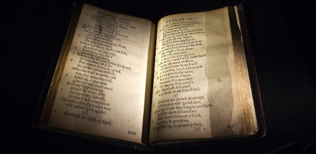 """Uma cópia de """"The Bay Psalm Book"""" (""""O Livro de Salmos da Baía"""", em tradução livre) é exibida na casa de leilões Sotheby""""s, em Nova York; considerado o primeiro livro impresso nos Estados Unidos, em 1640, a obra terá uma de suas 11 cópias leiloada no dia 26 de novembro - Carlo Allegri/Reuters"""