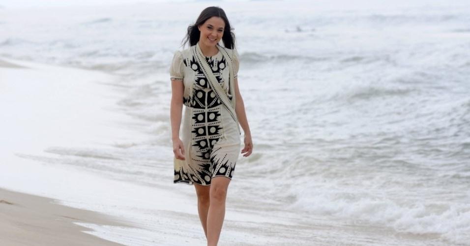 """22.nov.2013 - Juliana Lohmann, a Belmira de """"Joia Rara"""", posa em praia na zona oeste do Rio. Na trama das seis da Globo, a personagem é o patinho feio da família"""