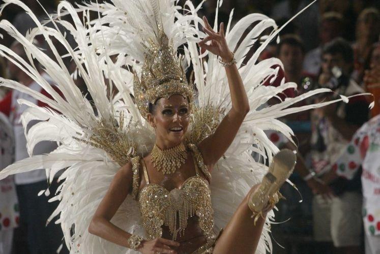 23.fev.2004 - No auge do sucesso de Darlene, Deborah Secco foi escolhida madrinha de bateria da escola de samba carioca Grande Rio
