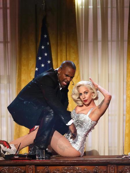 24.nov.2013 - R. Kelly e Lady Gaga fizeram uma performance juntos no AMA 2013 - REUTERS/Lucy Nicholson