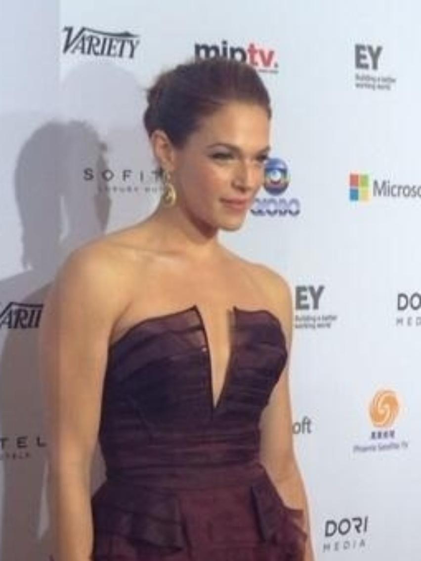25.nov.2013 - Amanda Righetti prestigiou a 41ª edição do Emmy Internacional que acontece em Nova York