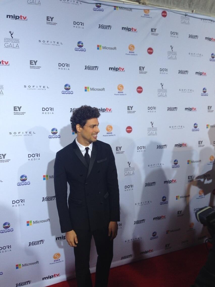 25.nov.2013 - Cauã Reymond chega para apresentar um dos prêmios Emmy Internacional, em cerimônia em Nova York