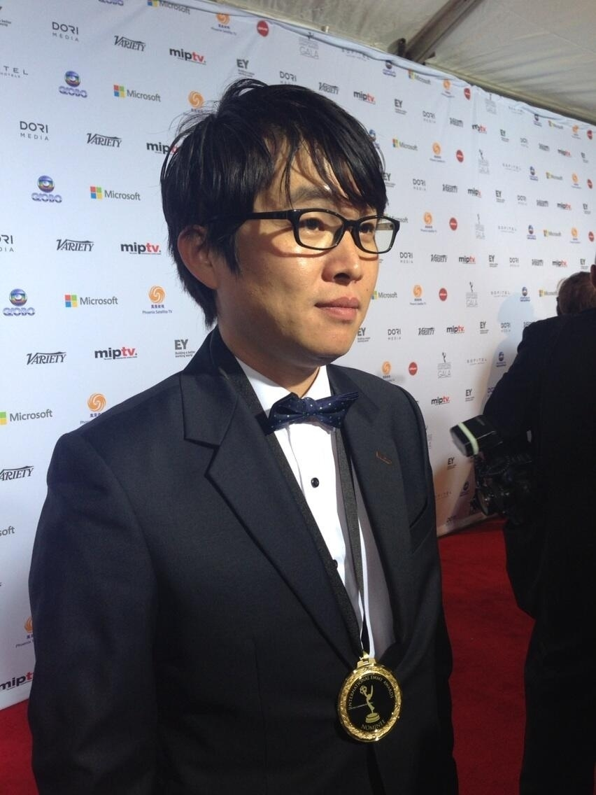 """25.nov.2013 - Insoo Kim prestigiou a 41ª edição do Emmy Internacional que acontece em Nova York. O cineasta está indicado pelo documentário """"My Mother Lady Bondong"""""""