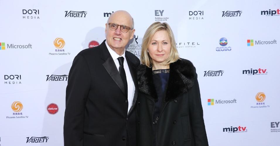 25.nov.2013 - Jeffrey Tambor and Kasia Ostlun na 41ª edição do Emmy Internacional que acontece em Nova York