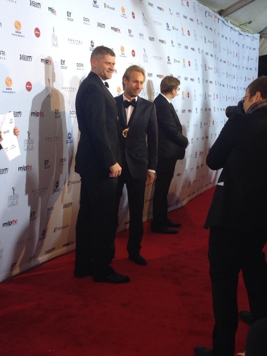 """25.nov.2013 - Johann Knobel e Ed Fraiman, de """"Secret State"""", prestigiaram a 41ª edição do Emmy Internacional que acontece em Nova York"""