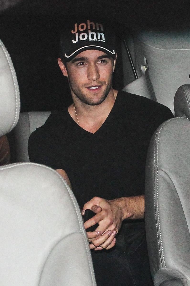 """25.nov.2013 - O ator Joshua Bowman, que interpreta Daniel Grayson no seriado """"Revenge"""", desembarcou no aeroporto de Guarulhos, São Paulo"""
