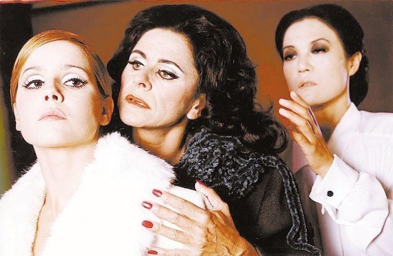 "31.mar.2001 - Deborah Secco protagoniza o drama ""As Lágrimas Amargas de Petra von Kant"" no teatro, ao lado de Denise Weinberg (centro) e Miwa Yanagisawa (dir.) (31/3/2001)"