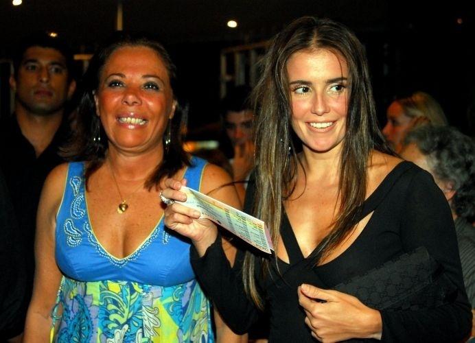 """4.jan.2007 - Deborah Secco (dir.) leva a mãe Silvia Regina Fialho ao show """"Carioca"""" de Chico Buarque, no Rio de Janeiro. O pai da atriz"""
