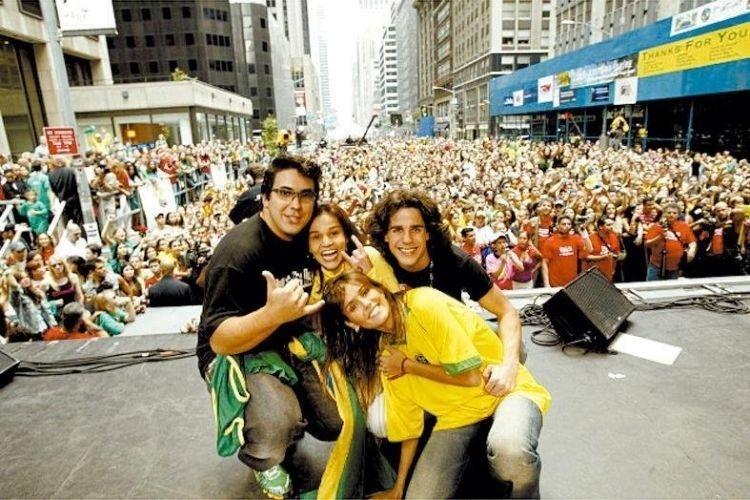 """7.set.2004 - Deborah Secco (à frente) apresenta a festa """"Brazilian Day"""" em Nova York ao lado de André Marques (esq.), Claudia Rodrigues (ao centro) e Pedro Neschling"""