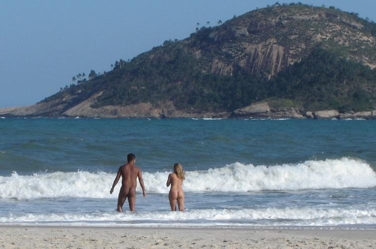 Abricó - Rio de Janeiro (RJ): O canto esquerdo da Praia de Grumari, no Rio de Janeiro, atrás de um caminho entre pedras e algumas placas de aviso, esconde o paraíso carioca dos naturistas. A areia é a mesma. As belezas, os morros cobertos de vegetação de restinga e as ondas fortes ideais para o surfe também - a diferença é que dá para curtir tudo isso ao natural