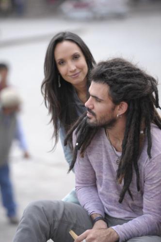 De volta ao Peru, Ninho vira vendedor ambulante e encontra com Alejandra (Maria Maya)