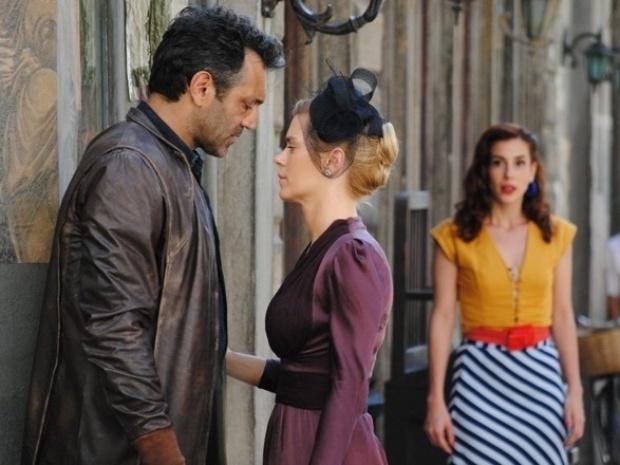"""Em """"Joia Rara"""", Iolanda e Mundo quase se beijam, mas Dália interrompe"""