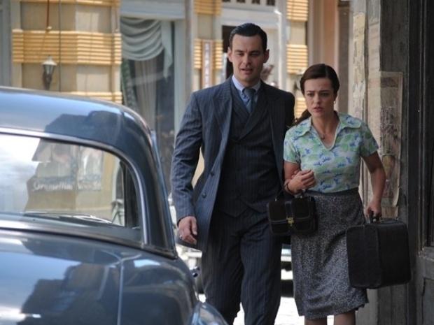 """Em """"Joia Rara"""", Manfred despista comunistas e leva Rosa para abrigo"""