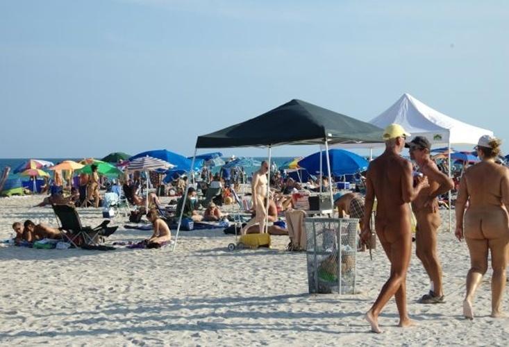 Haulover Beach - Miami (EUA): Ao norte da famosa Miami Beach fica uma das mais belas praias dos Estados Unidos cujo uso de roupa é opcional. Localizado entre o Intercostal Waterway e o Oceano Atlântico, é ideal para surfar e nadar, além de ter sempre alguém disposto a jogar uma partida de vôlei ou fazer um piquenique. Tudo, é claro, quase sempre sem roupas