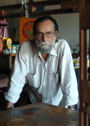 O artista Gilvan Samico, em seu ateliê, em 2004 - Leo Caldas/Folhapress