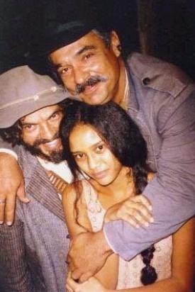 Taís Araújo posa com José Dumont e Roberto Bonfim, de chapéu preto, em