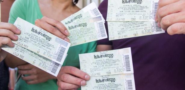 Fãs mostram os primeiros ingressos comprados para o Lollapalooza 2014 - Dario Oliveira/Estadão Conteúdo