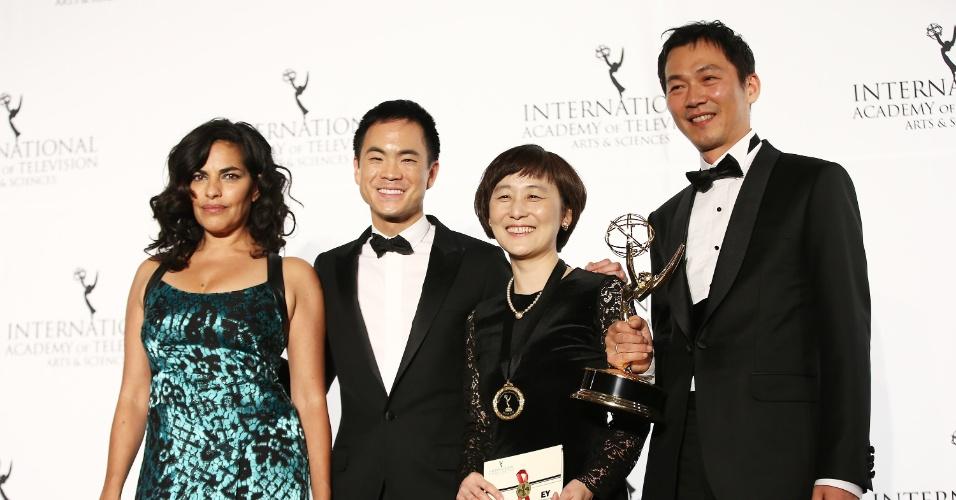 25.nov.2013 - A atriz Sarita Choudhury, o músico Richard O'Neill, o produtor Boyoung Lee, e o executivo Jejun na 41ª edição do Emmy Internacional que acontece em Nova York