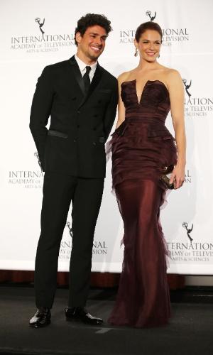 """25.nov.2013 - Cauã Reymond e Amanda Righetti na 41ª edição do Emmy Internacional, em Nova York. A atriz foi premiada por sua interpretação de Dona Picucha em """"Doce de Mãe"""""""