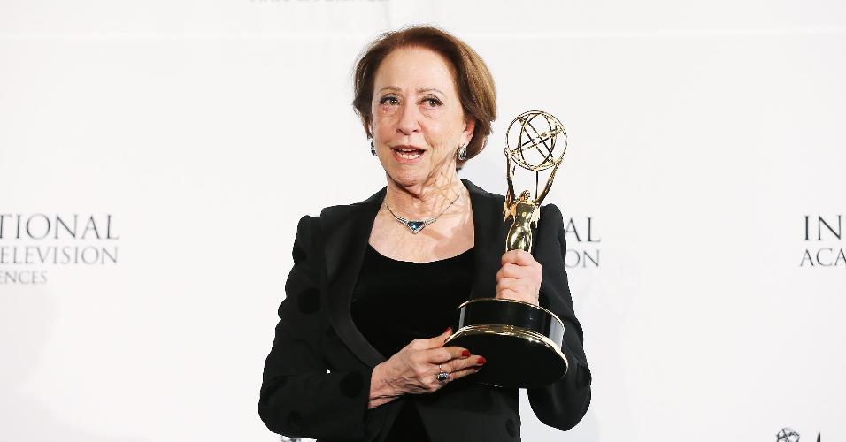 25.nov.2013 - Fernanda Montenegro com o troféu de melhor atriz na 41ª edição do Emmy Internacional, em Nova York. A atriz foi premiada por sua interpretação de Dona Picucha em