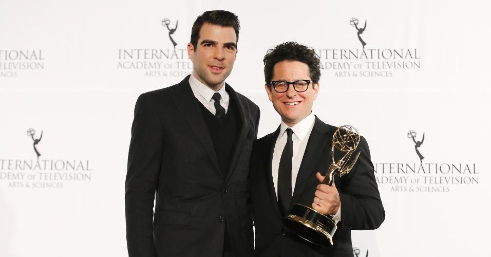 25.nov.2013 - Zachary Quinto e J.J. Abrams na 41ª edição do Emmy Internacional, em Nova York