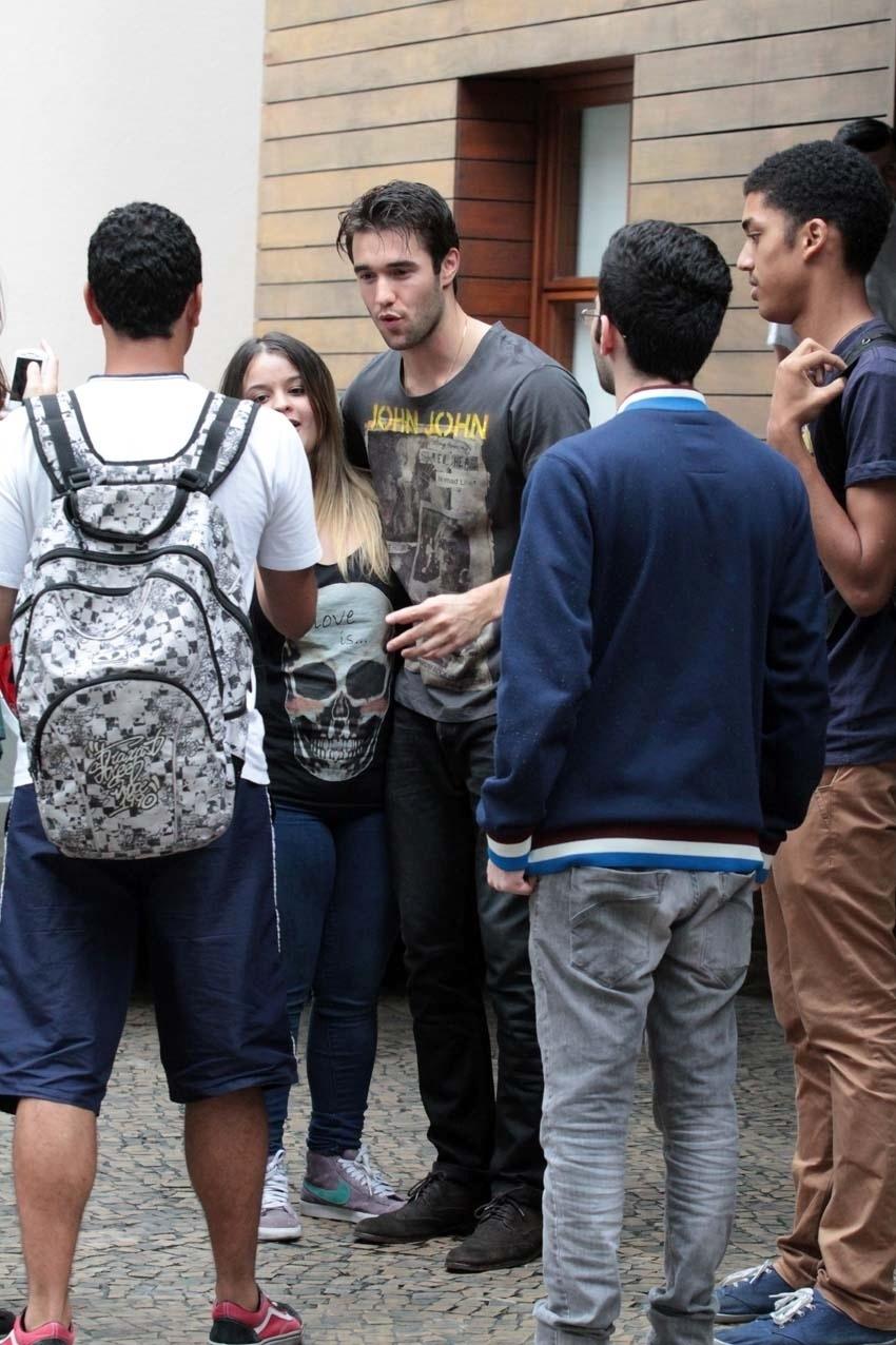 """26.nov.2013 - O ator Joshua Bowman, que interpreta Daniel Grayson no seriado """"Revenge"""", tirou fotos com fãs em frente ao hotel onde está hospedado, em São Paulo"""