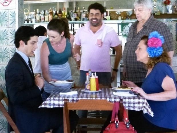 """Em """"Amor à Vida"""", Félix come prato feito no bar de Denizard"""
