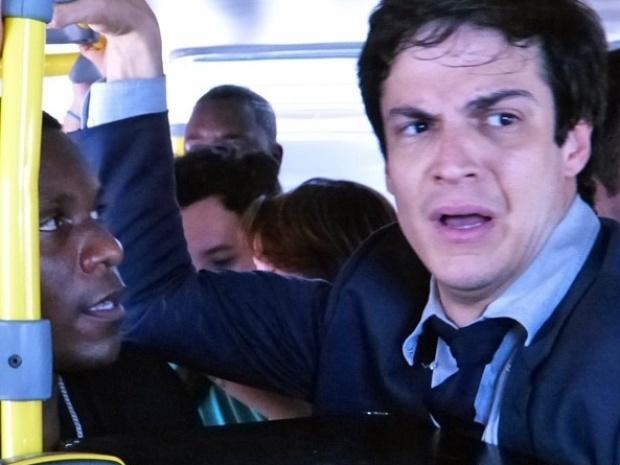 """Em """"Amor à Vida"""", Félix fica sem carro e pega ônibus lotado"""