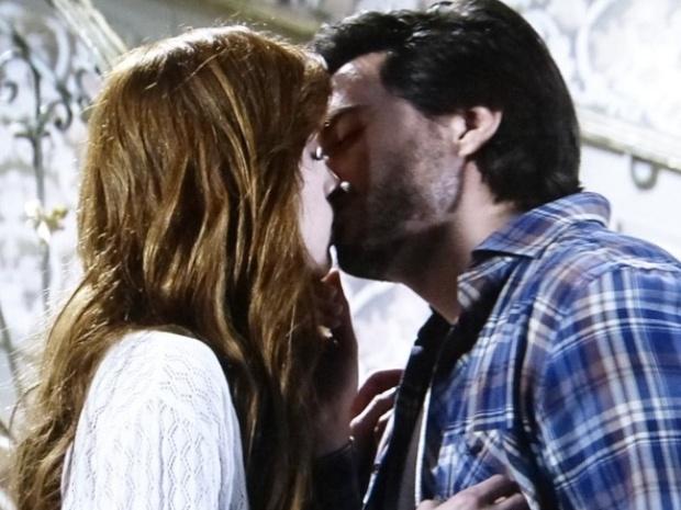 """Em """"Amor à Vida"""", Thales beija Natasha e conclui que a ama"""