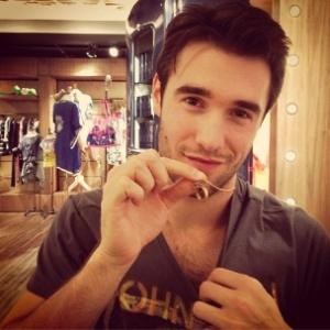 """Josh Bowman, o Daniel Grayson de """"Revenge"""", posa mostrando a correntinha que não sai de seu pescoço - Reprodução/Instagram"""