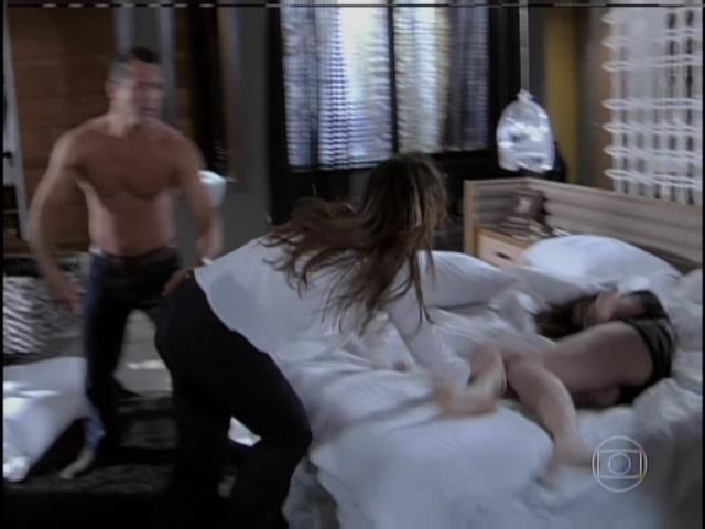 Paloma joga Aline na cama e continua a bater na secretária