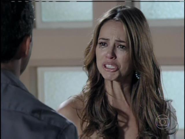Paloma não acredita. Ela chora, insiste que foi traída e relembra as traições de César quando era casado com Pilar