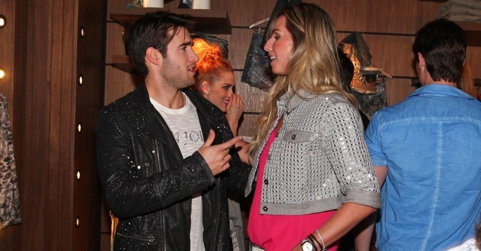 """26.nov.2013 - Ator Joshua Bowman, o Daniel da série """"Revenge"""", posa com a modelo Mariana Weickert em festa na cidade de São Paulo"""