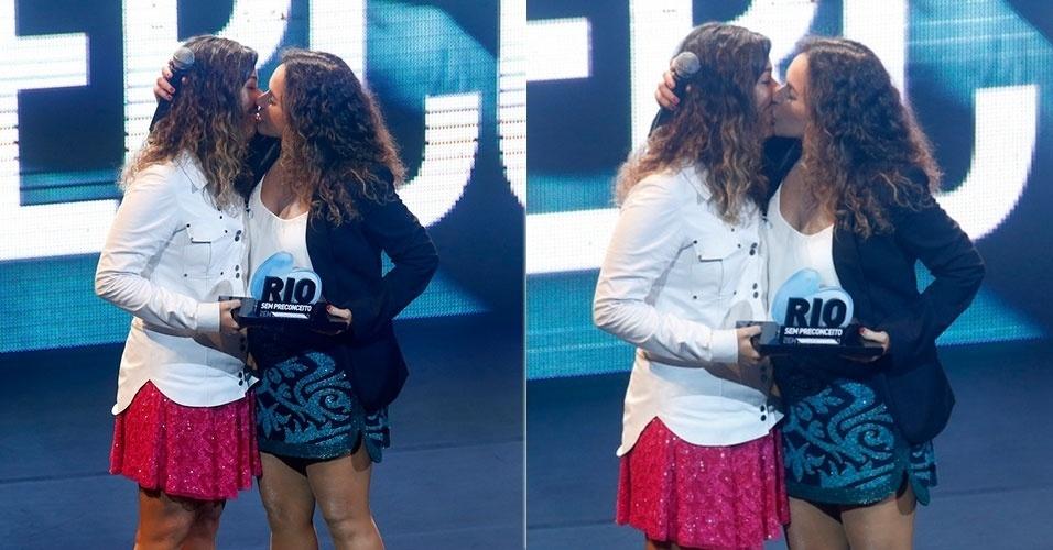 26.nov.2013 - Daniela Mercury beija a namorada Malu Verçosa receber troféu no evento