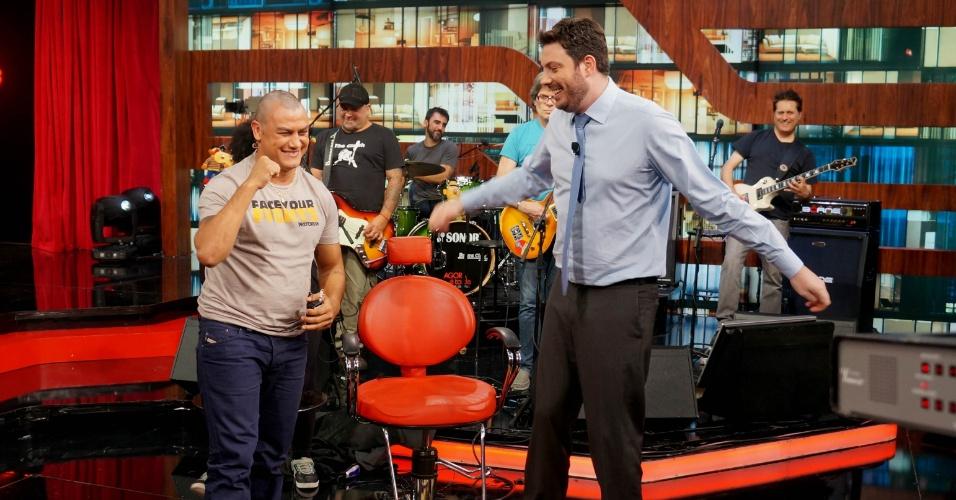 27.nov.2013 - Acelino Freitas, o Popó, raspou a cabeça, no programa