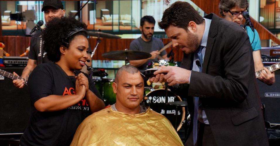 """27.nov.2013 - Acelino Freitas, o Popó, raspou a cabeça, no programa """"Agora É Tarde"""" em prol da Campanha do Dia Nacional do Combate ao Câncer"""