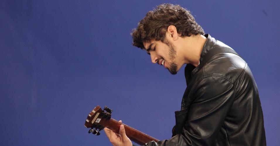 27.nov.2013 - Caio Castro grava clipe de cantora de samba em São Paulo
