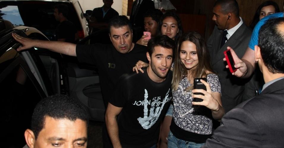 27.nov.2013 - O ator Joshua Bowman causou tumulto ao deixar o hotel em São Paulo onde estava hospedado. O ator está seguindo para o Rio de Janeiro