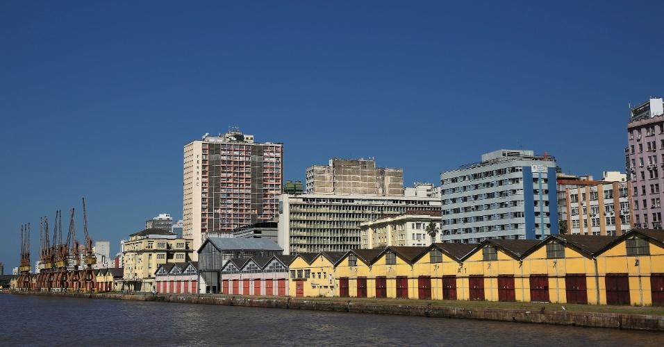 Antiga região portuária de Porto Alegre (RS). Galpões estão desativados, mas do local ainda saem passeios turísticos de barco, como o Cisne Branco