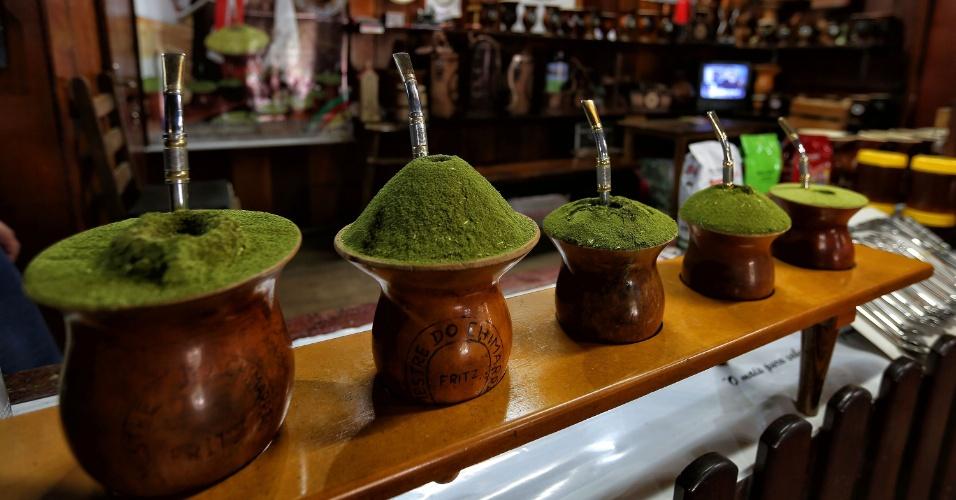 As várias formas de preparar um chimarrão, na lojinha anexa da churrascaria Galpão Crioulo, em Porto Alegre (RS). No local, turista pode degustar a bebida e comprar seu kit
