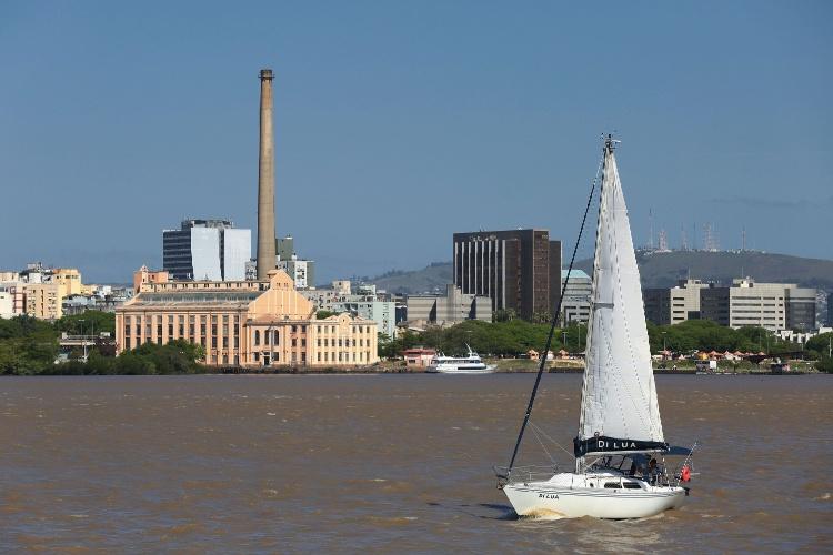 Barco à vela passeia pelo rio Guaíba, em Porto Alegre (RS). Ao fundo, Usina do Gasômetro, um dos pontos turísticos do centro histórico