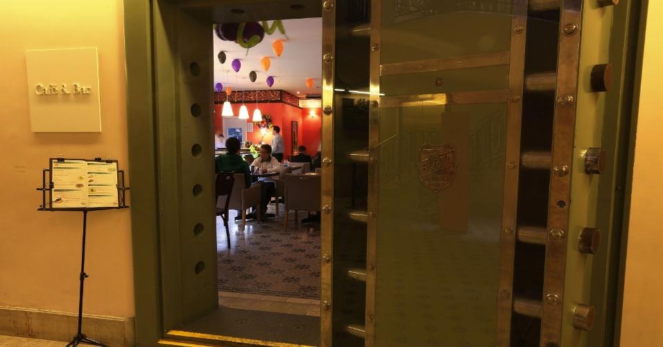 Café e Bar do Santander Cultural funciona dentro de um antigo cofre, em Porto Alegre (RS)
