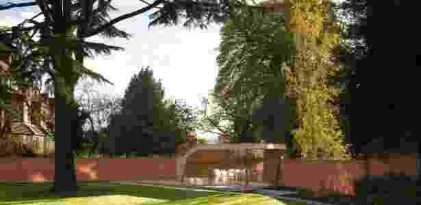 O arquiteto Shahriar Nasser, responsável pela reforma da mansão, criou um gazebo afastado, no jardim - Nick Kane/ The New York Times