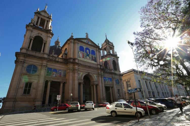 Catedral Metropolitana de Porto Alegre (RS) fica na Praça Marechal Deodoro (Praça da Matriz), próxima do Teatro São Pedro
