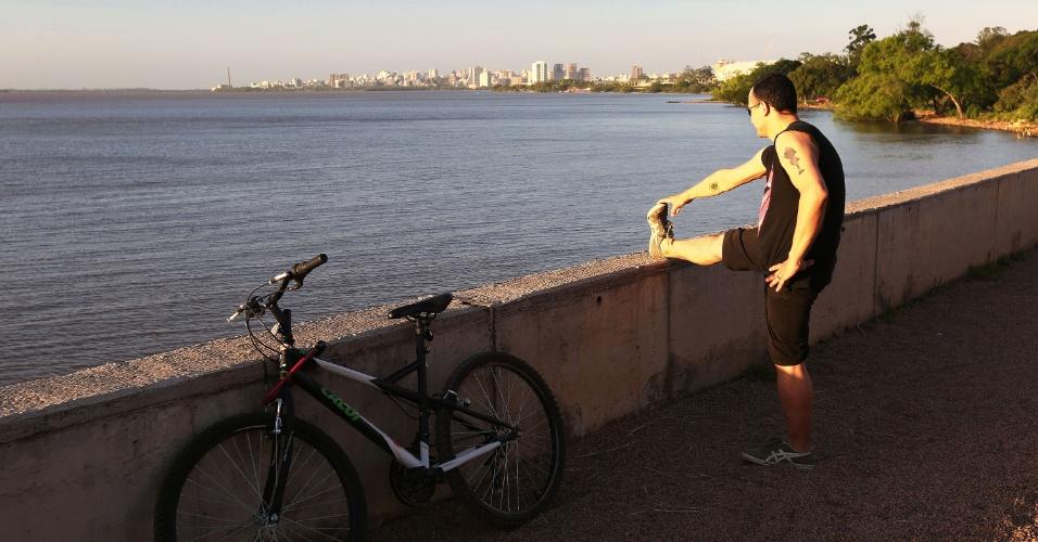 Ciclista se exercita na orla do rio Guaíba, em Porto Alegre (RS). Área é movimentada de pessoas caminhando, correndo e pedalando nos fins de tarde