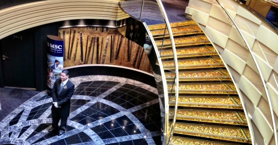 """Considerada a """"primeira classe"""" do navio Preziosa, a área conhecida como """"Yacht Club"""" é decorada por uma escada feita com cristas da Swarovski. Cada degrau vale cerca de 5.000 euros"""